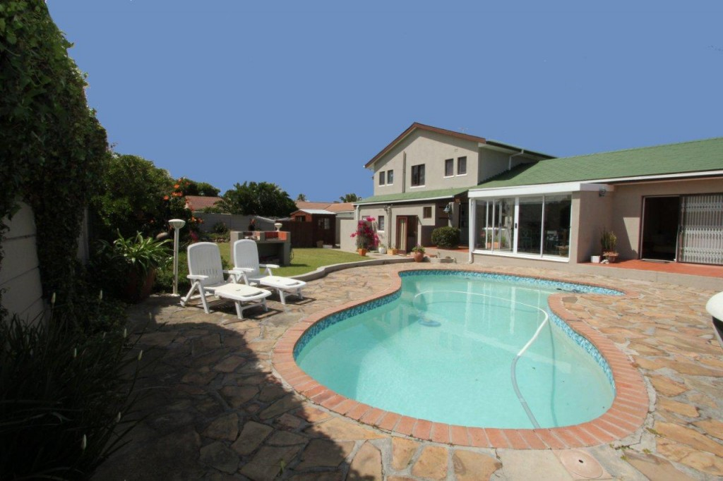 DOUBLE STOREY IN THE FABULOUS VLEI - WITH 3 GUEST QUARTERS!! (Ref: PENTZ)
