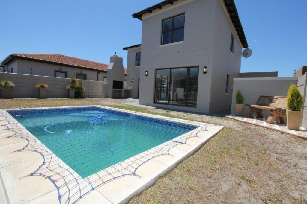 ULTRA MOD DOUBLE STOREY WITH SENSATIONAL MOUNTAIN VIEWS: REF: 5BART