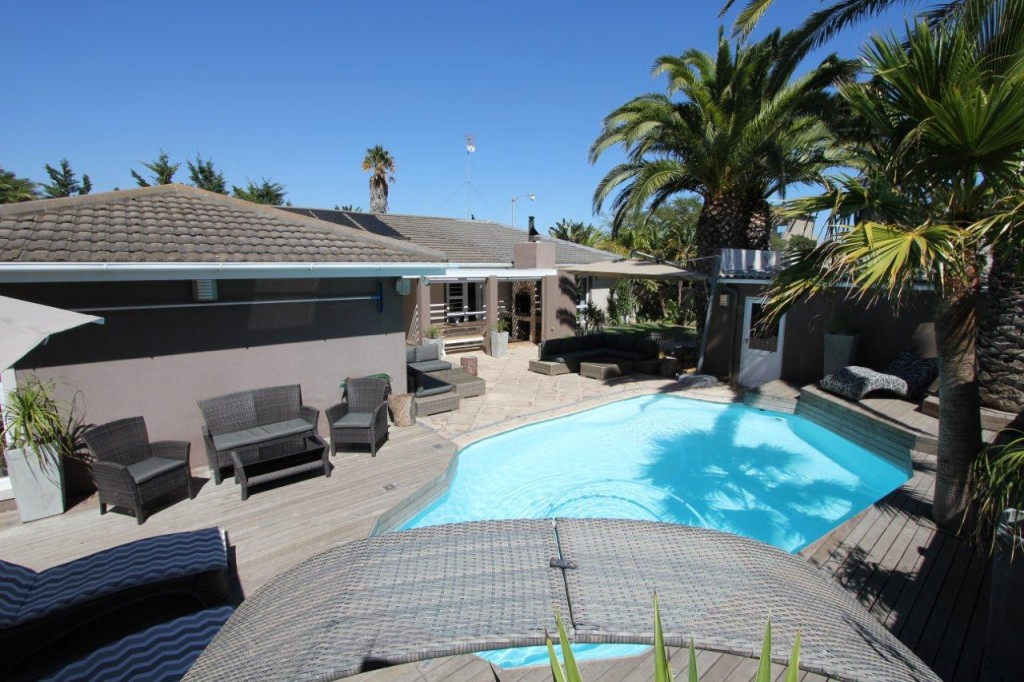 JAW-DROPPING FAMILY HOME AT THE ULTIMATE VLEI ADDRESS