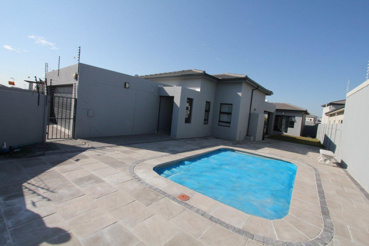 Affordable luxury home in trendy parklands north ref mos for Cheap luxury homes