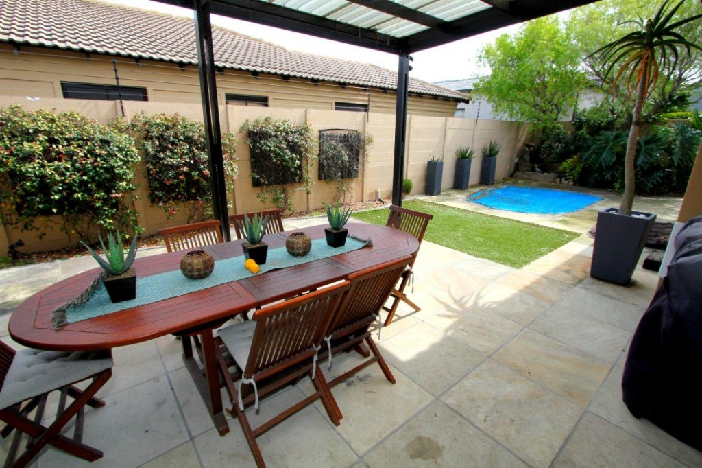 BARGAIN! LUXURY HOME SELLING WELL UNDER MARKET VALUE - R1 899 000!!
