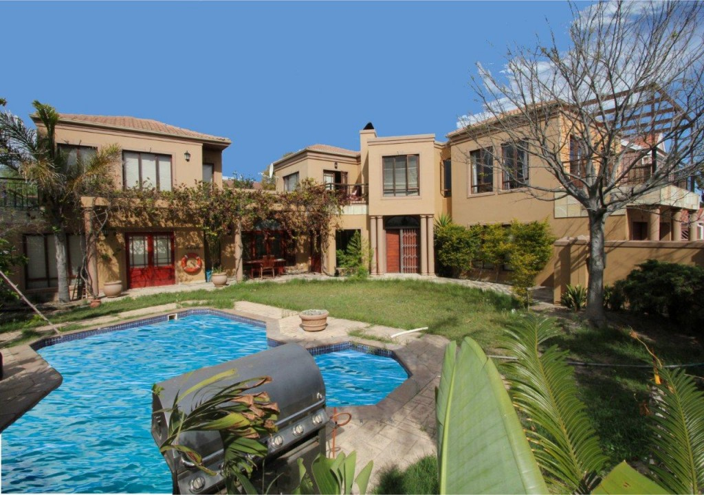 MASSIVE TUSCAN MANSION AT A BARGAIN PRICE - JUST R2 999 000!!